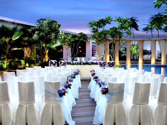outdoor wedding ceremony by the cocobolo poolside bar and grill