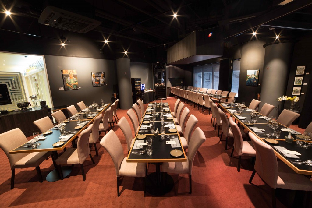 Singaporean-Fusion-Food-venuerific-blog-restaurant-labyrinth-indoor