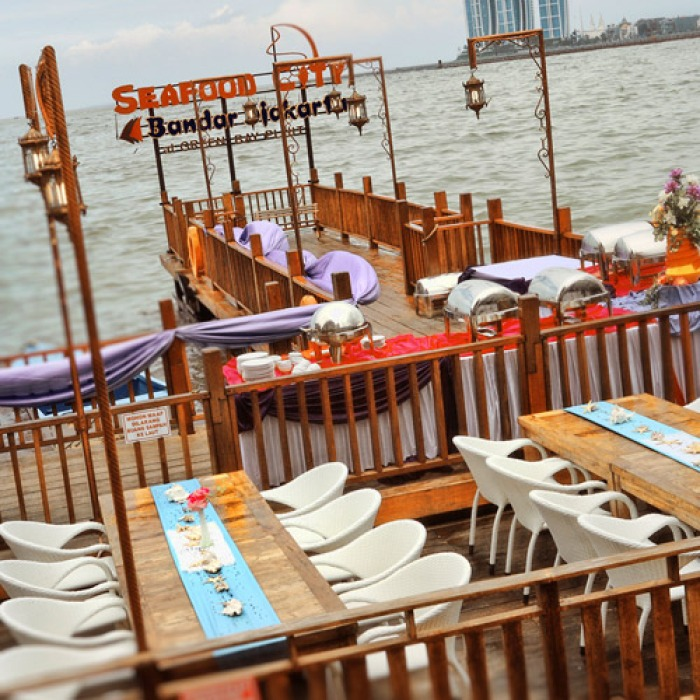 outdoor seafood restaurant with sea view