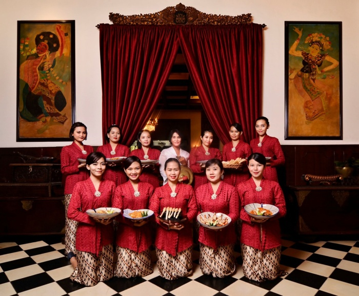 team oasis heritage using red kebaya